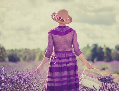 Photo  Retro style woman in a lavender field