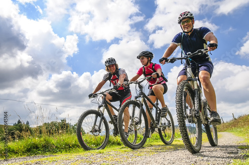 Photo  gutgelaunte Gruppe Mountainbiker