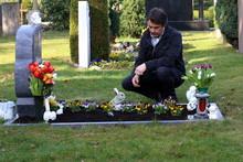 Mann Trauert Am Grab Seiner Fr...