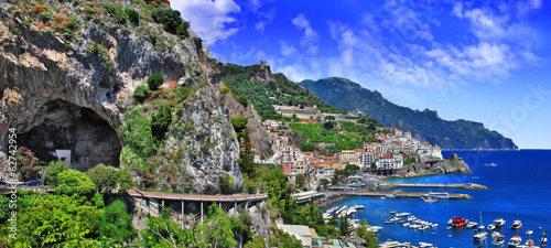 Poster Cote scenic Amalfi coast, view with cave and serpantine road
