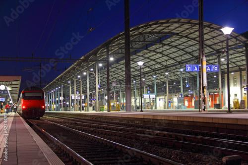 Foto auf AluDibond Bahnhof bahnhof bei nacht in olten