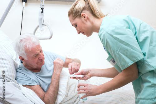 Fotografía  Senior mit Pflegerin im Altenheim Medikamenteneinnahme