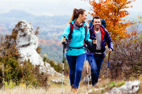 Fotomural Happy couple hiking