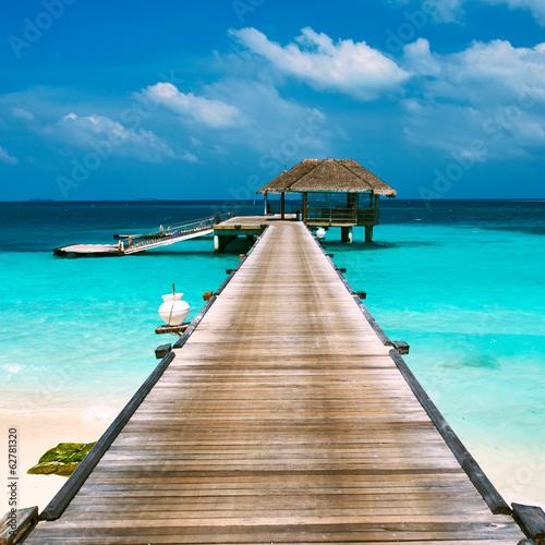 fototapeta na szkło Piękna plaża z wody bungalowów