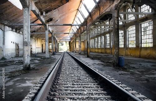 Papiers peints Les vieux bâtiments abandonnés rotaie in fabbrica abbandonata