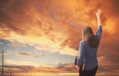 Fotografia Woman praises during sunset