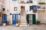 Włoska uliczka z niebieskimi wystrojem
