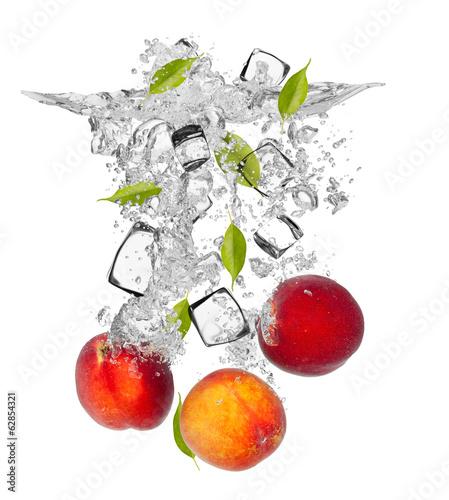 swieze-nektaryny-spadajace-w-plusk-wody