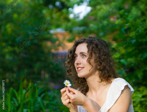 Foto op Aluminium Kasteel Beautiful romantic woman with daisy flower