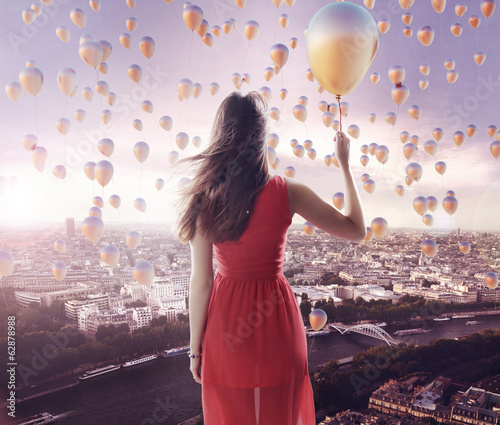 Tuinposter Purper Young lady and the city of the balloons