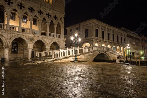 nocny-widok-na-ponte-della-paglia-wenecja-wlochy