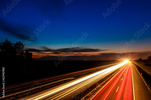 In de dag Nacht snelweg Cars speeding on a highway