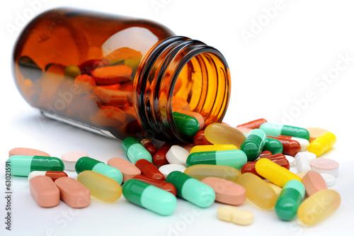 Fotografia  Pillen und Tabletten aus Medizin-Glas