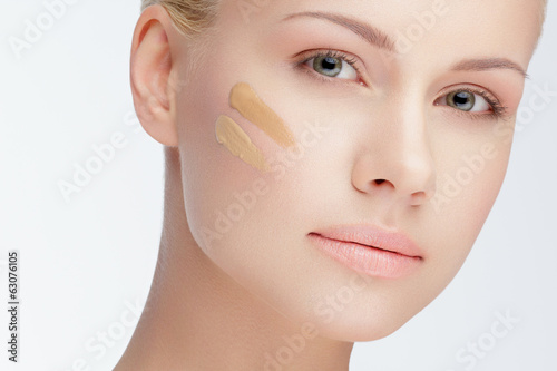 Fotografía  close-up face with cosmetic foundation