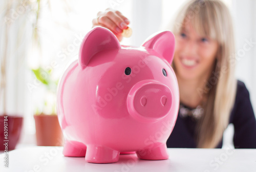 Fotografía  Woman saving money in piggy bank