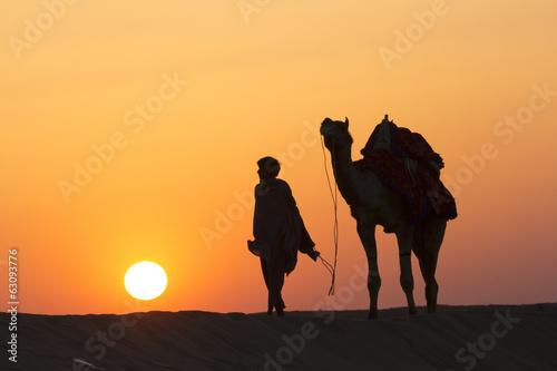 Poster Chameau A desert local walks a camel through Thar Desert