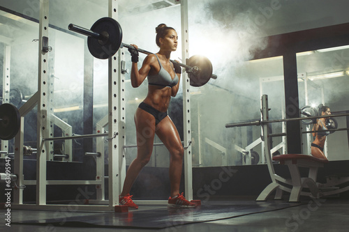 Valokuva  Woman lifting weight in gym