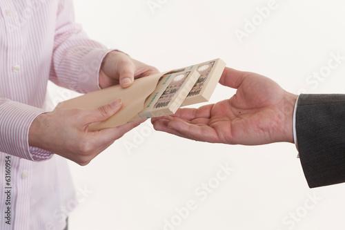 Fotografía  給料袋を持つ女性