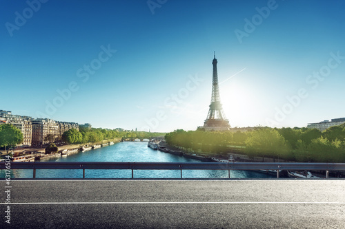 Poster Tour Eiffel Eiffel Tower and road in sunrise time