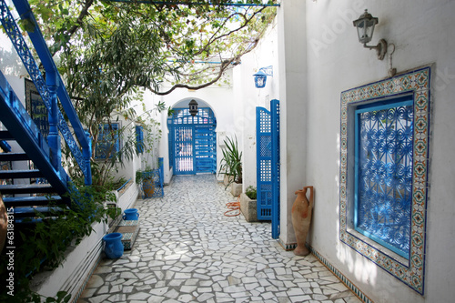 Deurstickers Tunesië Courtyard in Sidi Bou Said