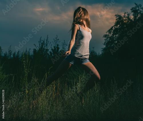 Poster Marron chocolat Girl dancing in grass