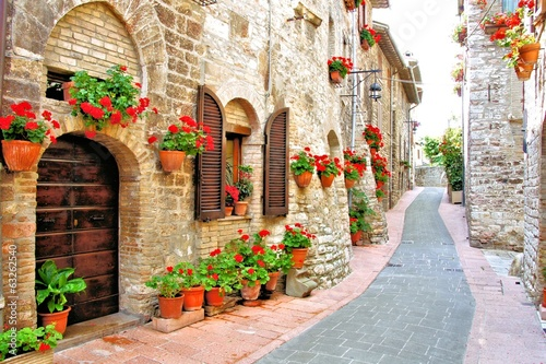 Fotografiet  Picturesque lane with flowers in an Italian hill town