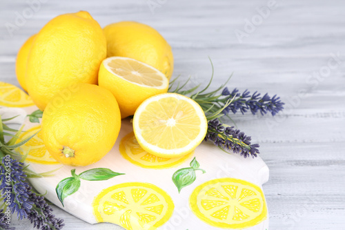 Photo  Still life with fresh lemons and lavender on wooden table