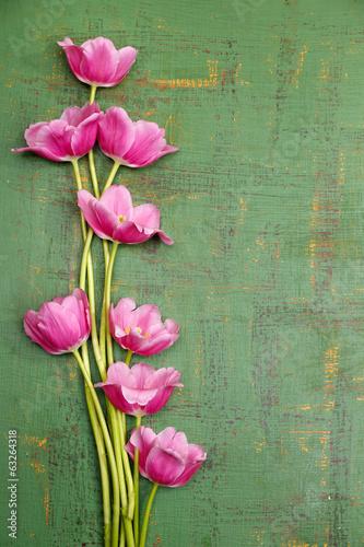 piekni-kwiaty-na-koloru-drewnianym-tle