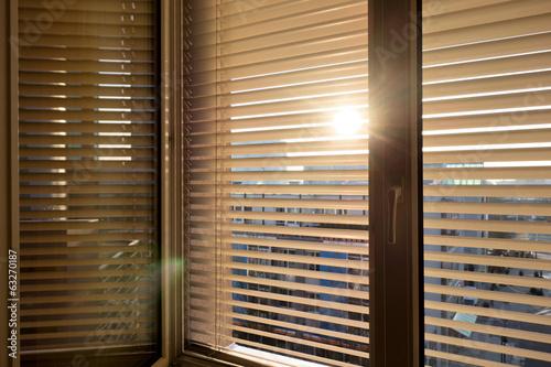 Fotografie, Obraz  Jalousien als Sonnenschutz am Fenster