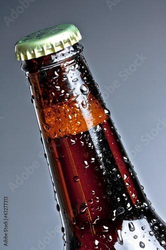 jedna-butelka-swiezego-piwa-z-kroplami-odizolowane