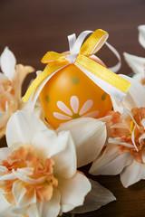 Obraz na płótnie Canvas Easter eggs and daffodils