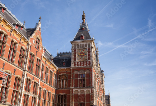 Photo Old building facade of central railroad station in Amsterdam