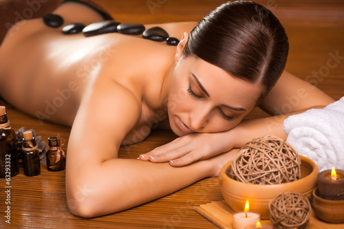 Fototapety, obrazy: beautiful brunette in a massage parlor