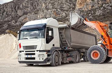 Fototapeta camion trasporto inerti