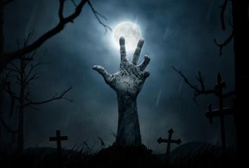 Halloween, martwa ręka wychodząca z ziemi