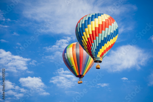 Ingelijste posters Ballon Beautiful Hot Air Balloons Against a Deep Blue Sky