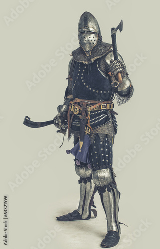 Photo  Knight in medieval armor with weapon
