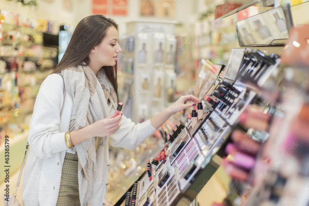 Fototapety, obrazy: Young woman in the perfumery