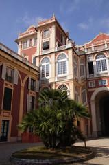 Fototapeta na wymiar Cour intérieur d'un immeuble particulier à Gênes