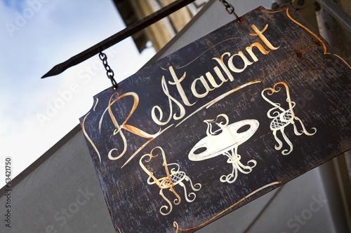 Fotobehang Restaurant Enseigne de restaurant en ville