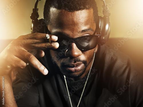 obraz dibond dj palenia i nosi okulary przeciwsłoneczne