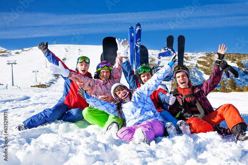 Photo sur Aluminium Glisse hiver Friends with snowboards lifting hands up