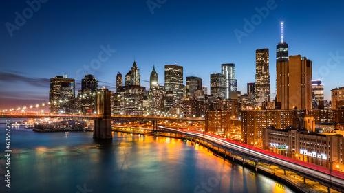 Spoed Fotobehang Brooklyn Bridge Brooklyn Bridge and the New York Financial District at dusk