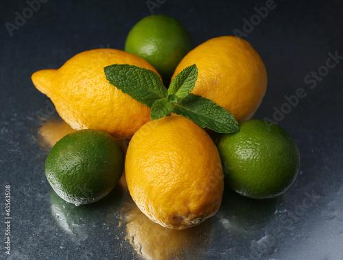 cytryny-i-limonki-na-ciemnym-tle