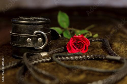 Photo  bdsm objekte mit roter rose