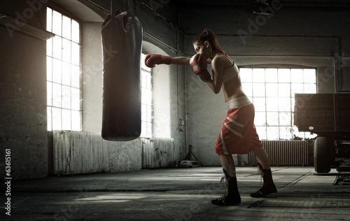 mloda-kobieta-boks-trening-w-starym-budynku