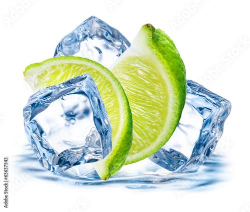 limonka-z-lodem-na-bialym-tle