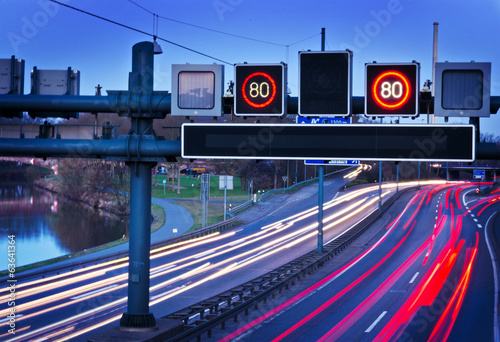 Fotografía  Verkehrstelematik an Autobahn– ITS Intelligent Transport Systems