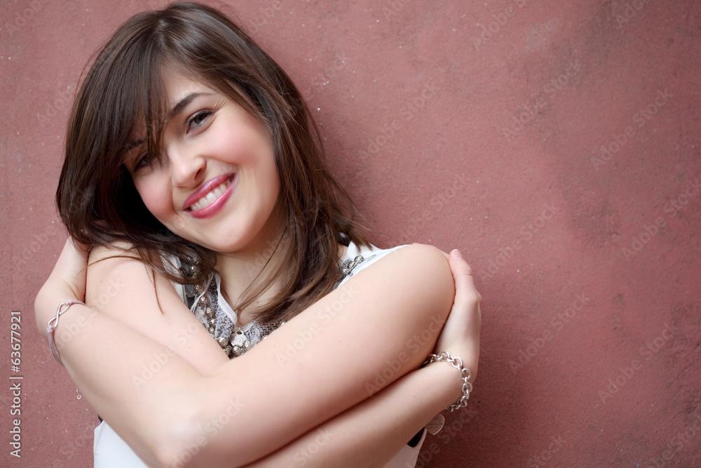 7a68fd66f41c Photo   Art Print Ragazza sorridente appoggiata al muro