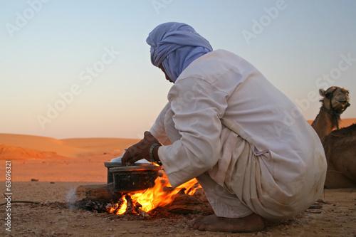 Tuinposter Egypte Native arab bedouin making a dinner in the desert